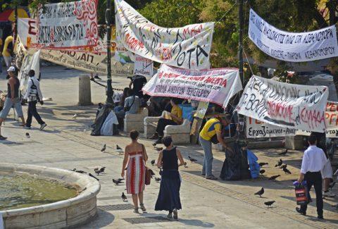 Proteste. Der Syntagmaplatz platzt aus allen Nähten. Hunderte Spruchbänder und tausende Demonstranten. Nur jetzt zur Mittagszeit in der Bruthitze herrscht ein wenig Ruhe (vor dem Sturm).
