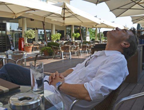 Pause. In der Hitzeschlacht brauchst Du auch immer einen Moment zum Relaxen. Mit griechischem Salat und leichter Cola. Zauberhaftes Lounge-Café beim Parlament um die Ecke.