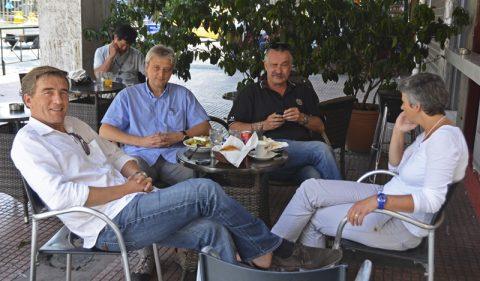 Landung. Ein erstes kühles Getränk im Schatten - Stefan trifft Korrespondent Peter, Teamchef Thomas und Aufnahmeleiterin Ira beim ARD-Studio ums Eck.