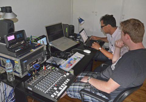 Arbeitsplatz. Im ARD-Studio Athen schneidet Reporter Rüdiger gerade sein nächstes Mittagsmagazin-Stück. Es geht um deutsche Touristen auf Rhodos. Das Equipment kann sich sehen lassen: Geschnitten wird mit dem Media Composer (AVID) auf einem MacBook Pro.