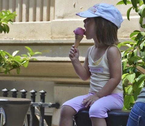 Manche mögens eis. Ein Kindertraum wird wahr - eine rosa Eiskugel in der Bruthitze.