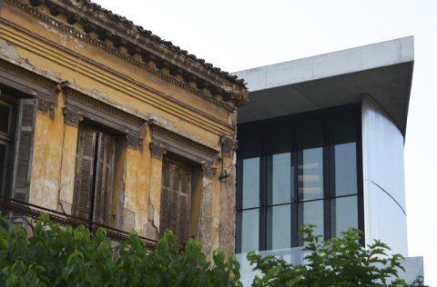 Nebeneinander. Alt und neu im Duell. Das Akropolis-Museum neben einem alten Stadthaus. Faszinierende Patina im Wettstreit mit der Moderne.