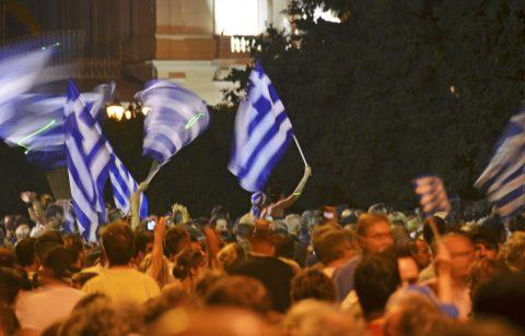 Turbulenzen. Am Mittwoch um Mitternacht stellt Premierminister Papandreou im Parlament die Vertrauensfrage (und gewinnt sie). Auf dem Syntagmaplatz davor kommen über 100.000 Menschen zusammen und demonstrieren gegen die Regierung und den Ausverkauf des Landes.