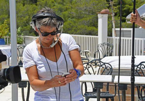 Wir senden! Aufnahmeleiterin Ira versucht, in der grellen Sonne das Handy-Display zu entziffern...