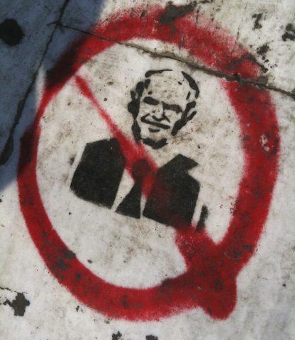 Bodenhaftung. Das Konterfei von Premierminister Papandreou landet als Graffitti auf dem Marmorboden.