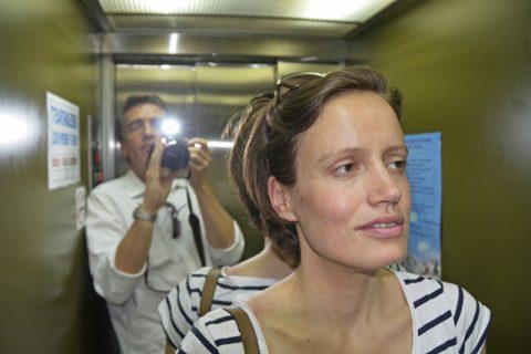 Kürzlich im Lift. Marie macht auch beim Aufzugfahren eine bella figura...;-)