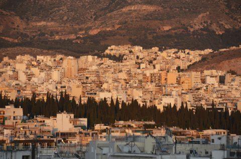 Abendrot. Athen bereitet sich nach dem brütend heißen Nachmittag auf eine lebhafte Nacht vor.