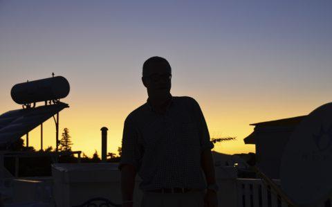 Silhouetten. Teamchef Thomas in der blauen Stunde auf der Sende-Terrasse. Was für ein Licht!
