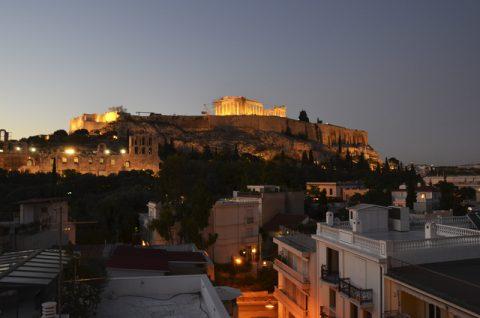 Es werde Licht! Die Akropolis legt ihr Nachtgewand an. Die Luft wird richtig seidig und eine leichte Kühle weht über die Dachterrasse. Ganz ehrlich: Der perfekte Moment.