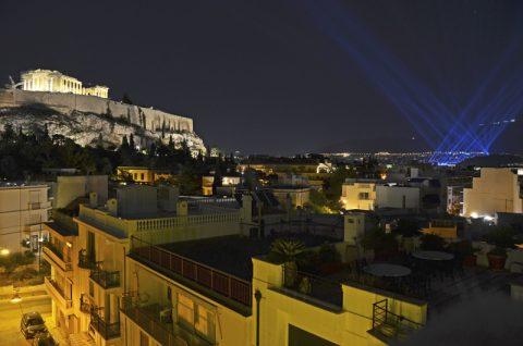 Letzter Blick. Athen leuchtet jetzt in voller Pracht. Zeit für ein paar Stunden Schlaf, denn am Freitag morgen gehen wir um 14 Uhr nach griechischer Zeit nochmal auf Sendung! Die blauen Lichtstrahlen stammen übrigens von den Behindertenspielen, die heute abend im ehrwürdigen Marathon-Stadion beginnen.