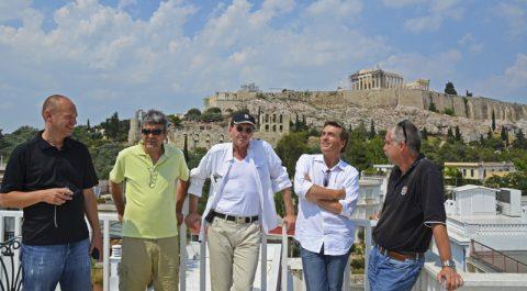 Location mit Emotion. Die Crew besichtigt den Sendeplatz und keucht erstmal in der Hitze und bei dem Anblick der Akropolis.