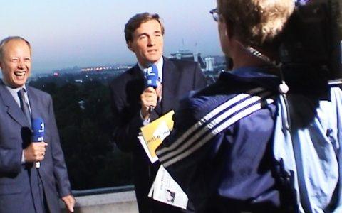 Und schon gehts los: ARD-Korrespondent Tom Buhrow und Stefan melden sich vom Balkon.