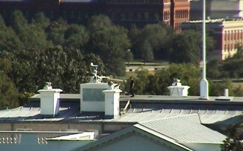 Bester Blick von unserer Location auf das Weiße Haus: Auch dessen Dach ist gut bewacht.