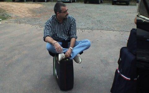 Auf gepackten Koffern sitzen: Das Bild zum Spruch!