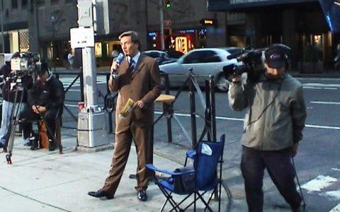Stefan spricht sich schon mal warm - die Morgenstunden in New York am 11. September 2002 haben tückisch niedrige Temperaturen.