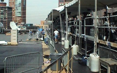 Eine ganze Straße von TV-Teams senden jetzt live vom Hoteldach. Auch wir von der ARD.