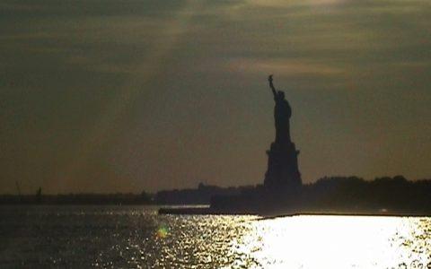 Sie wacht über alles: Die Statue of Liberty.