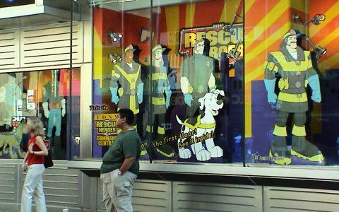 Sogar die Spielzeug-Läden gedenken der Opfer und der Helden.