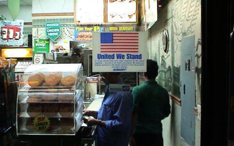 Kein Laden ohne die große Botschaft: United we stand!