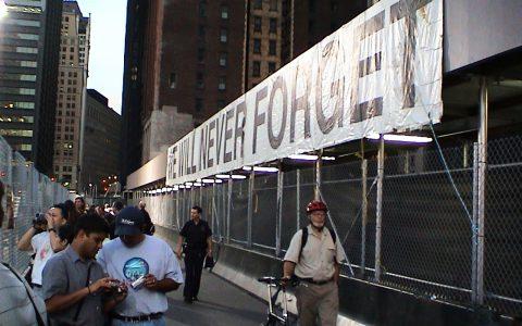 Wir vergessen niemals! Klare Botschaften rund um Ground Zero.