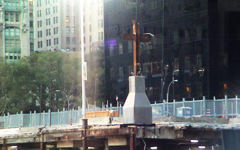 Der berühmte Stahlträger, der als Kreuz aus den Trümmern ragte...
