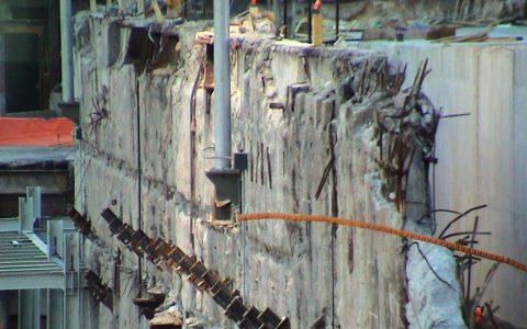 Das Loch von New York: Herausragende Stahlträger und abgeschürfte Betonwände. Beklemmend.