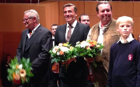 Auch Scheider bekommt Blumen für die Moderation. Schöne Geste.