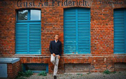 Scheider fährt eigentlich alleine wegen des roten Backsteins in den Norden. So ein warmes Gemäuer mit etwas Patina öffnet meine Herzkammern. Wie hier in Greifswald im Geburtshaus von Caspar David Friedrich.