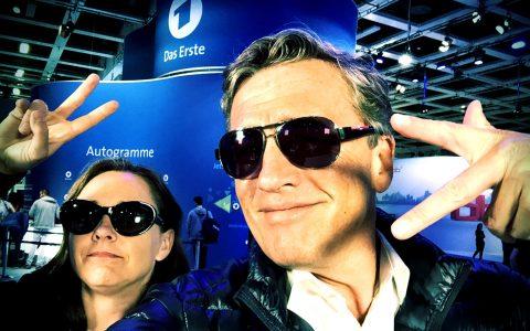 Teamchefin Bettina und Moderator Stefan begutachten die Szenerie in der ARD-Halle.