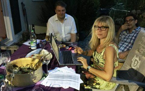 Nächtliche Krisensitzung: Lauf10-Erfinderin Tanja. Bürgermeister Jens Machold und der Regisseur Tino bauen die Hitzesendung um!