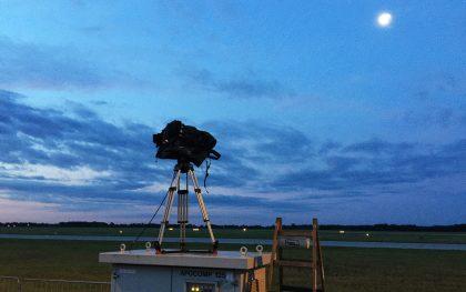 Unsere Kameras stehen bereit. Und mit ihnen auch mehrere Scharfschützen rund um die Landebahn.