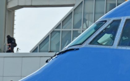 Der Air Force One Pilot darf sich sicher fühlen: Der Scharfschütze im Hintergrund hat alles im Blick.