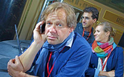 Teamchef Stephan Keicher mit typischer Pose: Smartphone am Ohr!