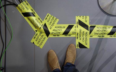 Stolpersicher: Jedes Kabel am Boden braucht eine halbe Rolle Absperrband...