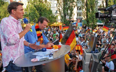 Hallo München! Die Sendung läuft - und sie läuft gut! Bis auf die eiskalten Bierfontänen mitten im Satz und mitten aus der Menge...