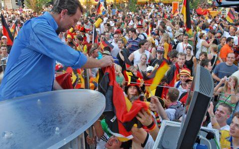 Euer Rubi! Gerd Rubenbauer und seine Fans: Tausend Unterschriften für die Menge!