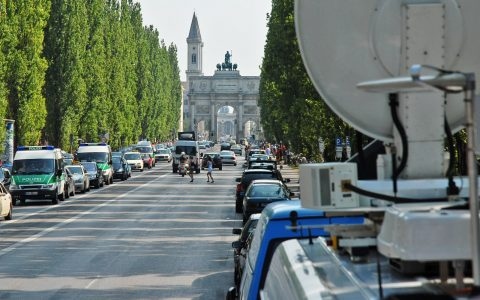Noch fahren hier die Autos. Doch gleich gehört die Leopoldstraße den Fans!