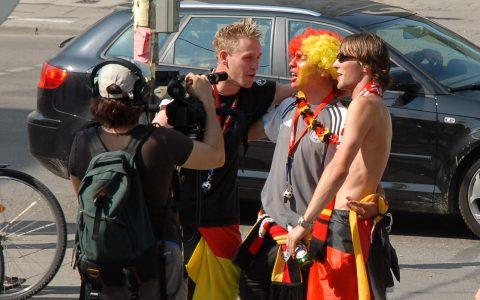 Wir fahren nach Berlin! Kollegen lassen sich für ihre TV-Beiträge ein Ständchen geben. Die drei WM-Vorkämpfer wissen, wie man feiert...