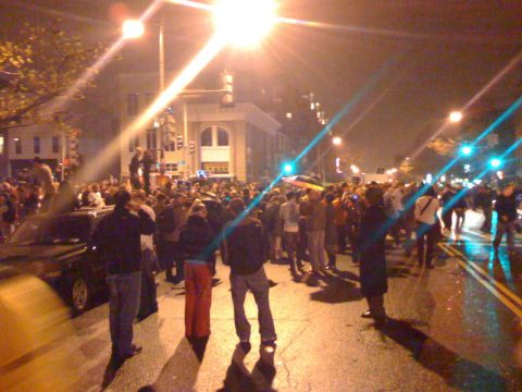 Die lange Nacht hat begonnen Handy-Foto von einer Kreuzung in Washington - Obama ist Präsident!