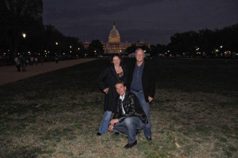 Auf dem großen Feld (Mall) in Rufweite zum Capitol nehmen Anja, Klemens und Scheider nochmal die Touri-Stellung ein.