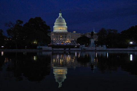Wildromantische Ansichten vom großen US-Parlament: Das Capitol spiegelt sich im Mondlicht.