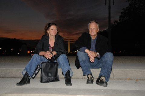 Anja und Klemens nehmen das Washington Monument in ihre Mitte.