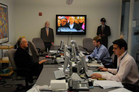 Drinnen herrscht Hektik und mindestens 20 Fernseher laufen gleichzeitig. Auch Obama und McCain stehen Spalier.