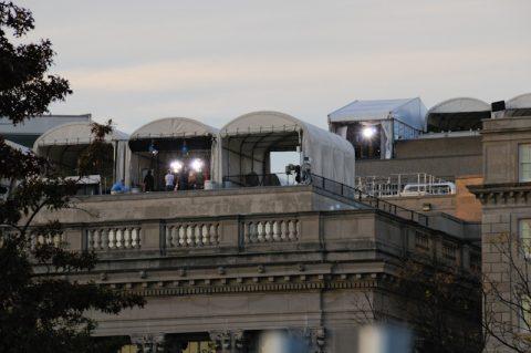 Vom Dach der Handelskammer gegenüber schießen die großen Kameras des Landes auf das Präsidentenhaus. Auch die ARD hat hier einen Balkon.