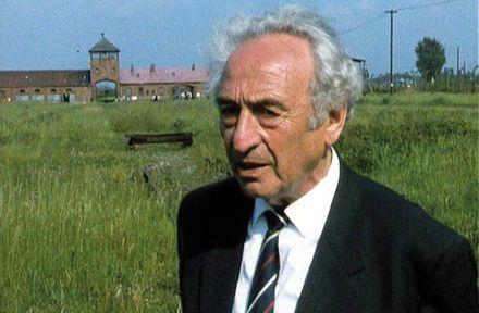 """Für den Dokumentarfilm """"Der Weiße Rabe"""" fährt Max noch einmal nach Auschwitz und zeigt der Filmemacherin """"seine Baracke""""..."""
