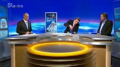 Auf dem iPad präsentiert Scheider die ISS-Flugbahn