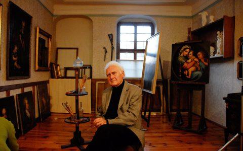 Im Atelier des Dresdner Malers nimmt Professor Neidhart Platz.