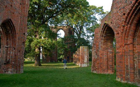 Kameramann Stephan inspiziert die Ruinen - wo stellen wir den Kran auf?