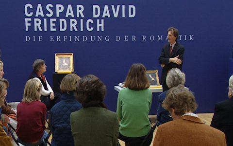 Direktor Gaßner führt eine Gruppe der Quistorp-Familie durch die Ausstellung. Caspars Lehrer war ebenfalls ein Quistorp!