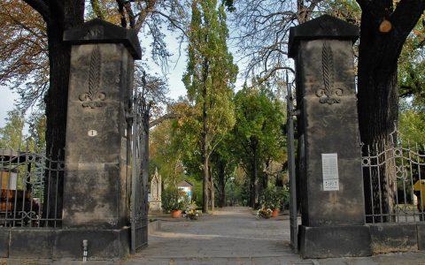 Der Friedhof in Dresden: Die beiden Säulen finden wir auch in seinen Bildern wieder...